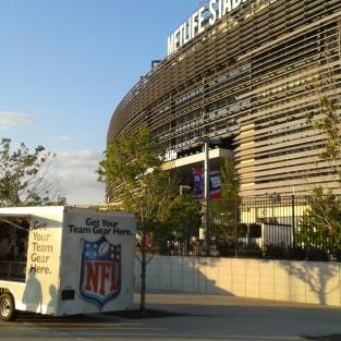 Trailer lojinha, no exterior do estádio.