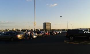 Estacionamento, aonde americanos fazem churrasco em seus carros.