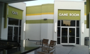 Sala de jogos e bar.